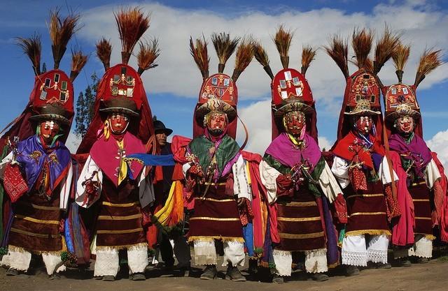 """Des indiens Salasaca lors d'une célébration traditionnelle Les ruines d'Ingapirca Les ruines d'Ingapirca © <a href=""""https://www.flickr.com/photos/103473887@N03/"""" target=""""_blank"""">Surtrek Tour Operator</a>"""