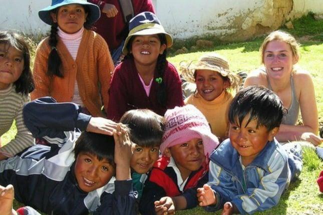 Les écoliers et une volontaire de la Fondation ViSocial