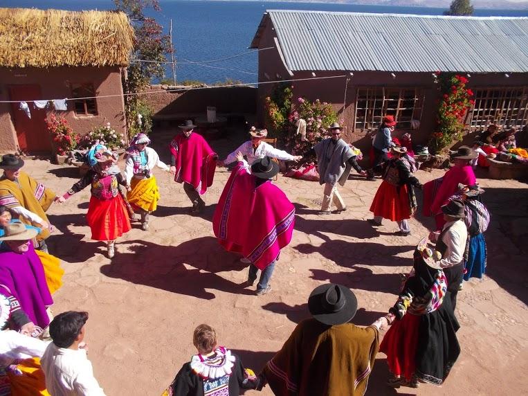 Cours de danse péruvienne dans la commauté d'agriculteurs de Capachica sur les bords du lac Titicaca