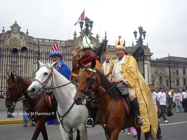 Noel a Lima  les rois Mages devant le Palais du Gouvernement  copyright : Jenny M. Ramirez
