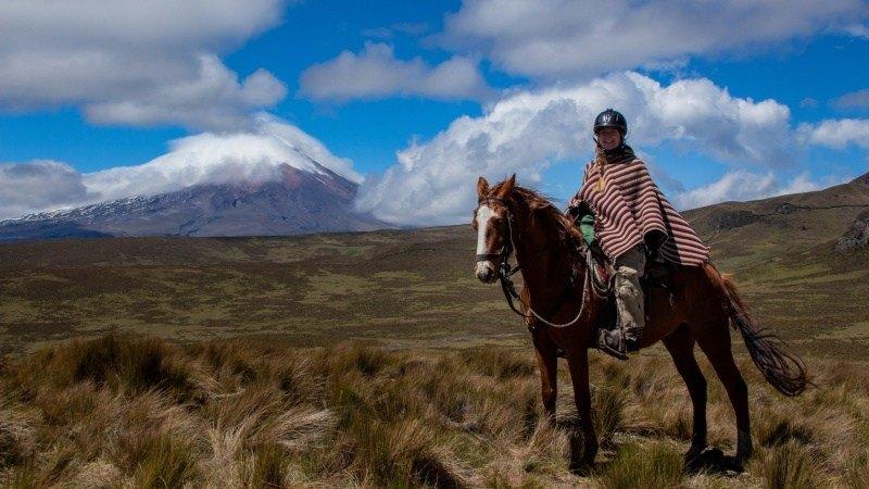 Promenade à cheval avec une toile de fond magnifique.