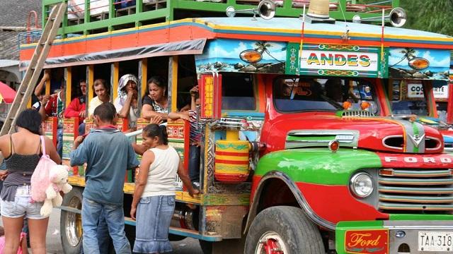 bus multicolore en Colombie