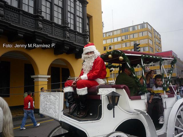 le pere Noel dans les rues de Lima copyright : Jenny M. Ramirez