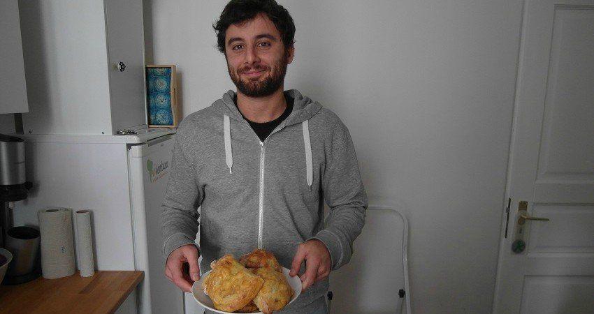 Nino, membre de l'équipe marketing, nous apporte les empanadas ! Chacun apporte sa pierre à l'édifice :)