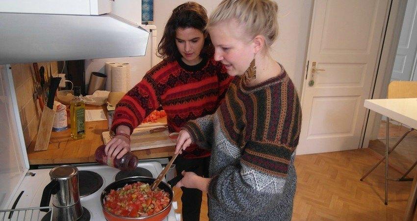 Alice et Felia préparent la farce. Attendez bien que l'eau des tomates se réduisent.