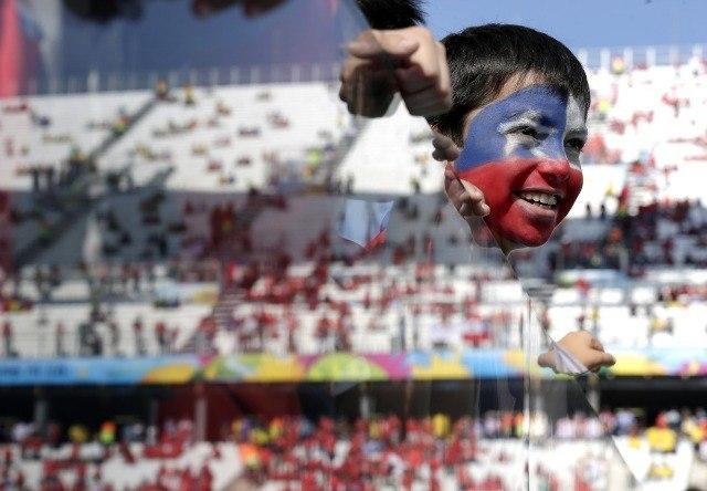 Un jeune fan du Chili dans le stade Itaquerao de Sao Paulo lors du match Pays-Bas - Chili le 23 juin 2014 © AP Photo/Felipe Dana