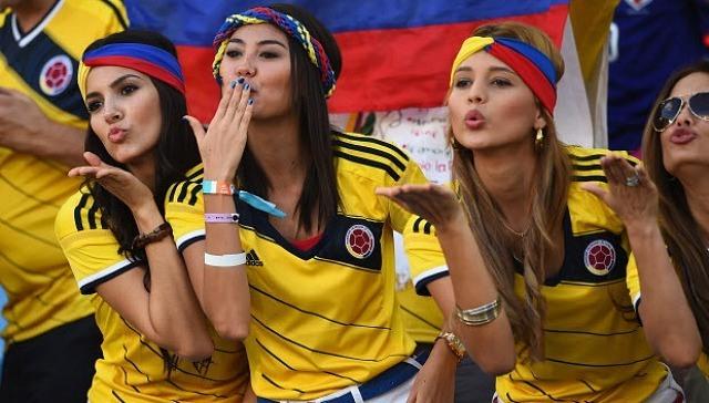 Les supportrices colombiennes envoient des baisers pour porter chance avant le match Japon / Colombie le 24 juin 2014. © Reuters