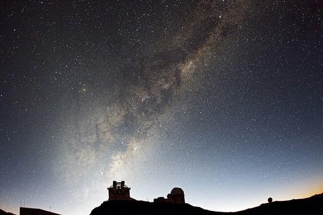 Première lumières matinales au dessus de l'observatoire de La Silla. Crédit photo : European Southern Observatory https://www.flickr.com/photos/esoastronomy/